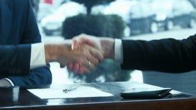 рукопожатие 2 бизнесменов видеоматериал