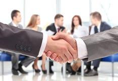 Рукопожатие. бизнесмены трястия руки Стоковая Фотография RF