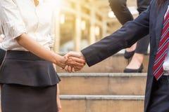 Рукопожатие бизнес-леди на предпосылке города Стоковое Изображение