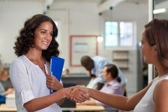 Рукопожатие бизнес-леди Стоковые Изображения