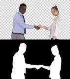 Рукопожатие бизнес-леди и бизнесмена представляя для изображения, канала альфы стоковые фотографии rf
