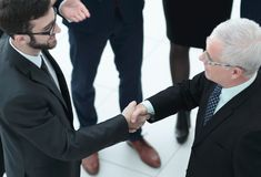 Рукопожатие дела и бизнесмены conce Стоковые Изображения