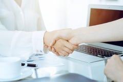 Рукопожатие дела после подписания контракта 2 женщины тряся руки после встречи или переговоров Непринужденный стиль  стоковое изображение rf