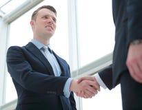 Рукопожатие деловых партнеров после благоприятного торгового дела Стоковая Фотография