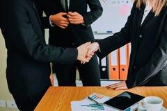 Рукопожатие демонстрирует единство Сыгранность большая команда успешных бизнесменов Стоковое Изображение RF
