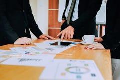 Рукопожатие демонстрирует единство Сыгранность большая команда успешных бизнесменов Стоковое Изображение