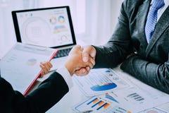 Рукопожатие демонстрирует единство Сыгранность большая команда успешных бизнесменов Стоковые Фото