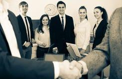 Рукопожатие дела на встрече офиса Стоковая Фотография RF