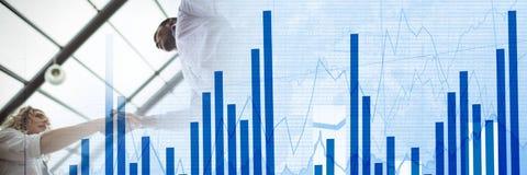 Рукопожатие дела под стеклянным потолком с голубым переходом диаграммы финансов Стоковые Изображения RF