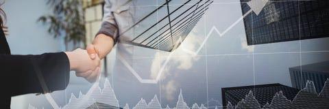 Рукопожатие дела с переходом диаграммы финансов города Стоковые Изображения RF