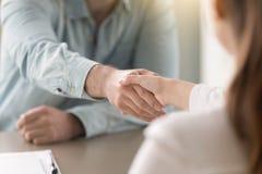 Рукопожатие делового соглашения человека и женщины на офисе Стоковая Фотография RF