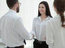 Рукопожатие женских исполнительной власти и работника компании Стоковое Изображение RF