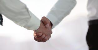 Рукопожатие и бизнесмены дела владение домашнего ключа принципиальной схемы дела золотистое достигая небо к Стоковые Фото