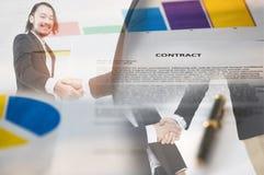 Рукопожатие и бумага контракта стоковые фото