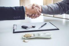 Рукопожатие клиента и продавца сотрудничества после согласования, Стоковые Фото