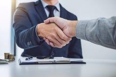 Рукопожатие клиента и продавца сотрудничества после согласования, Стоковая Фотография RF