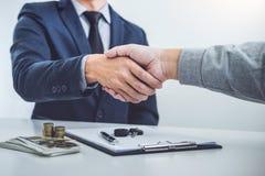 Рукопожатие клиента и продавца сотрудничества после согласования, Стоковая Фотография