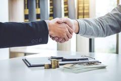 Рукопожатие клиента и продавца сотрудничества после согласования, Стоковое Изображение RF