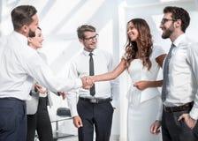 Рукопожатие между бизнесменом и молодой коммерсанткой стоковая фотография rf