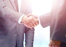 Рукопожатие между бизнесменом 2 кавказцев Стоковые Фотографии RF