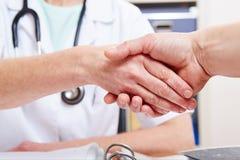 Рукопожатие между доктором стоковая фотография rf