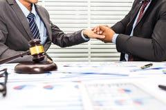 Рукопожатие между юристом и мужским работником офиса стоковое фото