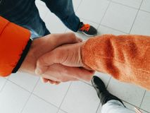 Рукопожатие между человеком и женщиной Стоковое Изображение