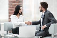 Рукопожатие менеджера и клиент сидя в офисе лоббируют Стоковые Изображения RF