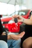 Рукопожатие на автосалоне с автомобилем Стоковое Изображение RF
