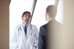 Рукопожатие доктора с пациентом Стоковая Фотография RF