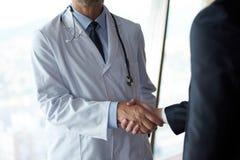 Рукопожатие доктора с пациентом Стоковые Изображения