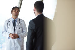 Рукопожатие доктора с пациентом Стоковые Фотографии RF