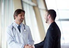Рукопожатие доктора с пациентом Стоковое Изображение RF
