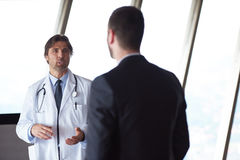Рукопожатие доктора с пациентом Стоковые Фото