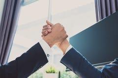Рукопожатие партнерства офиса Стоковая Фотография RF