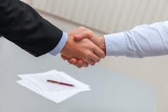 Рукопожатие после подписания контракта руки бизнесмена трястия 2 Стоковое Изображение RF