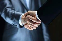 Рукопожатие - удерживание руки Стоковые Изображения