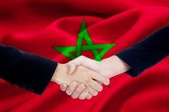 Рукопожатие сотрудничества с флагом Марокко Стоковые Изображения RF