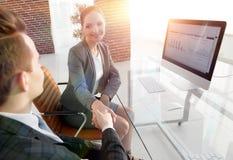 Рукопожатие с коллегами за столом Стоковая Фотография