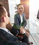 Рукопожатие с коллегами за столом Стоковые Фотографии RF