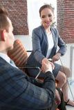 Рукопожатие с коллегами за столом Стоковое Изображение RF
