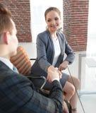 Рукопожатие с коллегами за столом Стоковое Фото