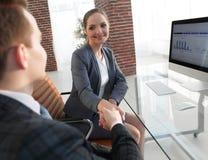 Рукопожатие с коллегами за столом Стоковые Изображения RF