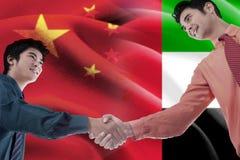 Рукопожатие с флагом Китая и Объединенных эмиратов Стоковое Изображение