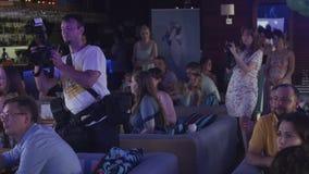 Рукоплескание людей на таблице в ресторане Торжество праздники фотографы акции видеоматериалы