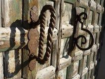 Рукоятка рычага металла на старой деревянной двери Стоковая Фотография RF