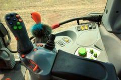 Рукоятка управления с кнопками на приборном щитке в кабине трактора Стоковые Фото