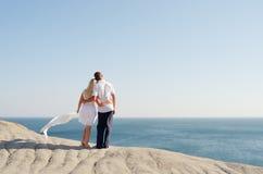 Рукоятка человека и женщины стоящая в рукоятке на утесе Стоковое Фото