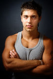 рукоятки сложили красивого человека мышечного стоковая фотография rf
