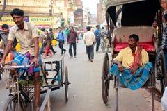 Рук-вытягиванная рикша и рикша цикла на улице Стоковое Фото